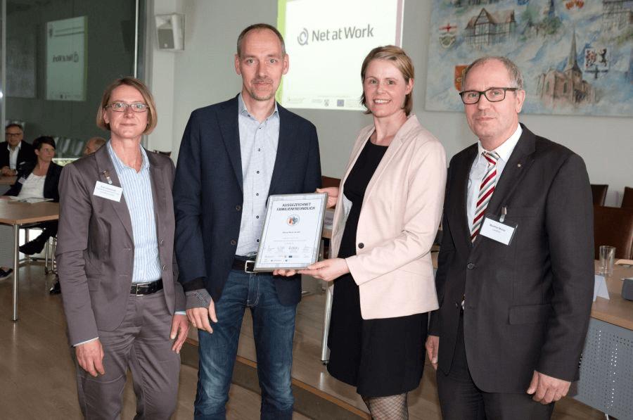 Award-Verleihung (v.l.): Eva Leschinski (OstWestfalenLippe GmbH) Uwe Ulbrich, Daniela Henkenötter u. Landrat Manfred Müller