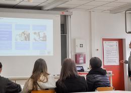 Daniela Henkenötter war für Net at Work vor Ort und informierte Schüler über Möglichkeiten, beruflich Fuß in der IT-Branche zu fassen.