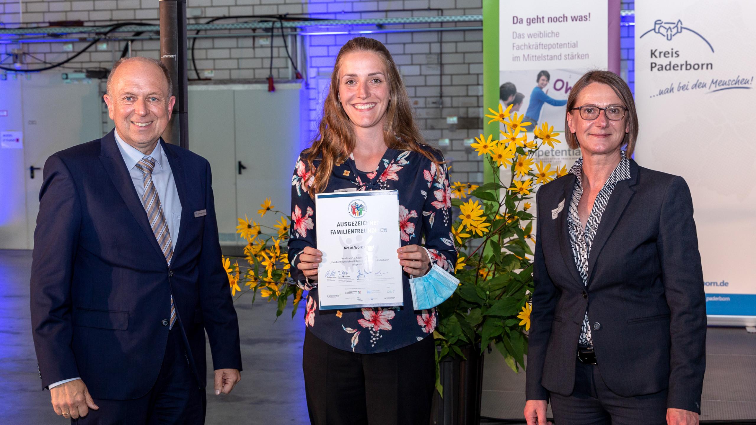 Überreichen der Urkunde: Familienfreundliches Unternehmen Kreis Paderborn 2021