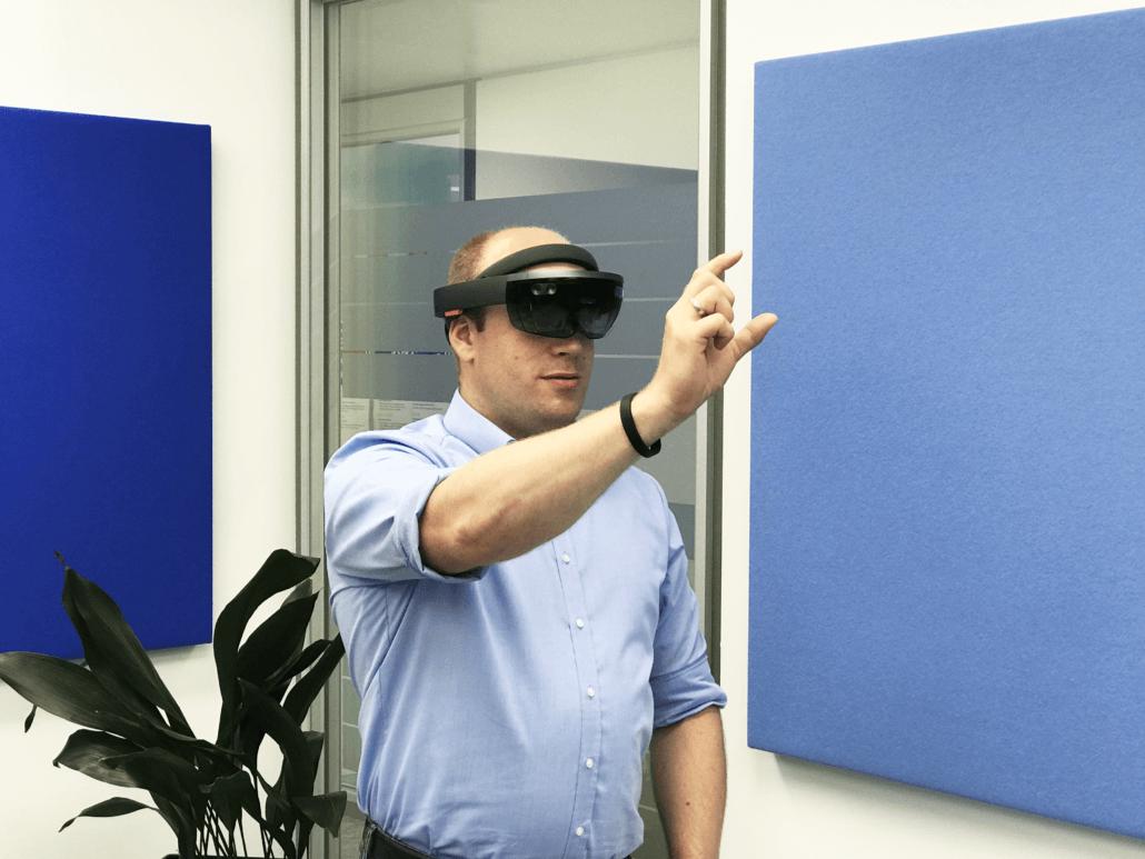 Stefan Schnietz mit Microsoft HoloLens