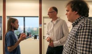 Dietrich Gerstenberger (Leitung LZI) stellt sich beim Networking den Fragen der Studierenden