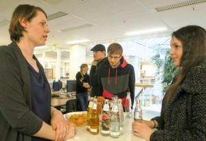 HR-Managerin Daniela Henkenötter im Austausch mit den Studierenden der Universität Paderborn