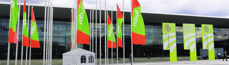 mbuf Jahreskongress Gebäude mit Fahnen