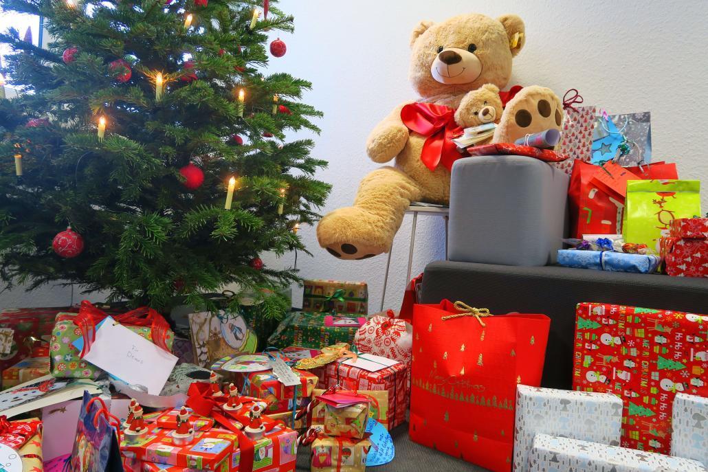 Der Wunschbaum mit den Geschenken vor dem Weihnachtsbaum bei Net at Work.